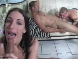 Vidéo porno mobile : 1 blonde, 1 brunette, 2 blowjobs